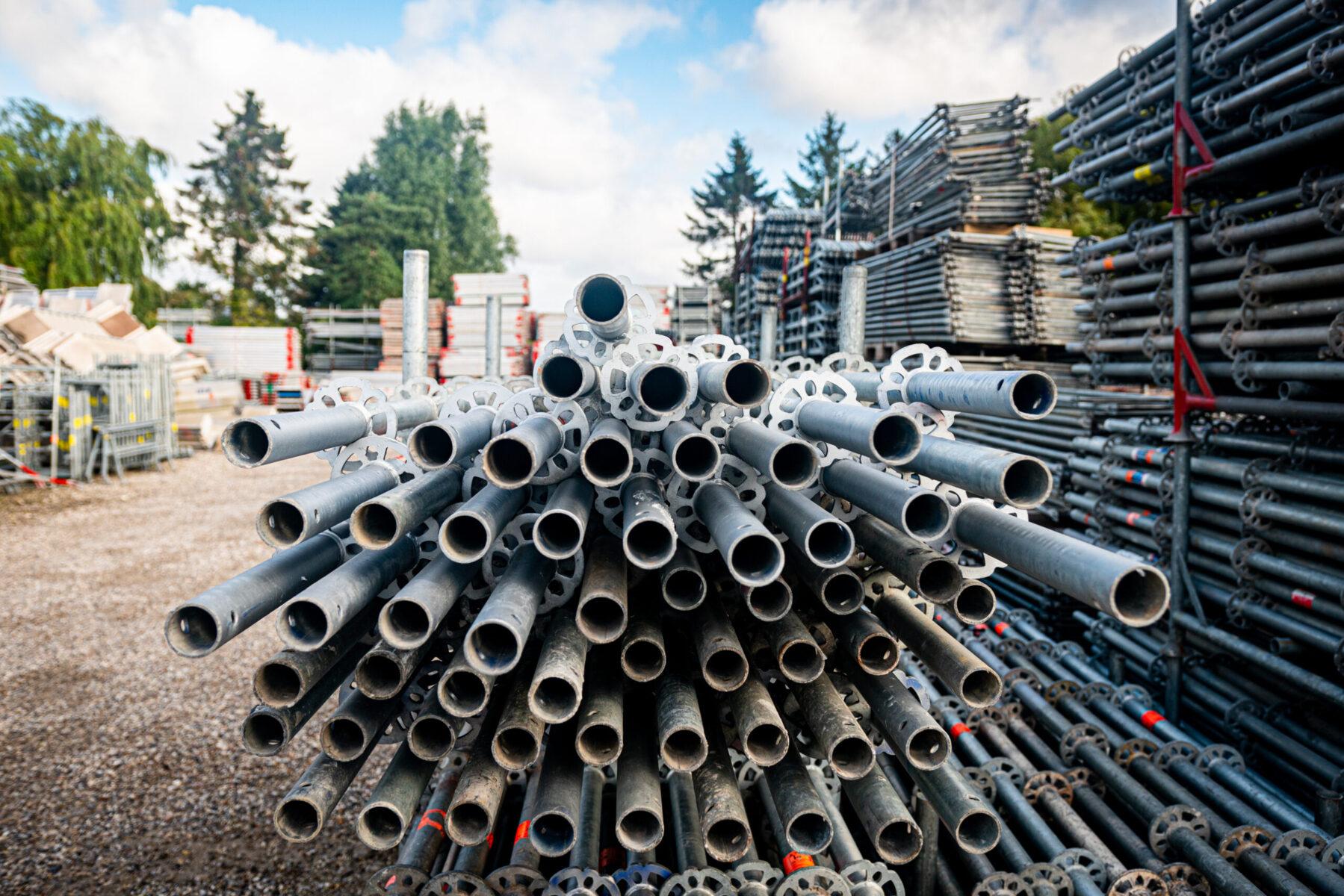 Søjlestillads anvendes til stilladsløsninger til facade-, murer-, hænge-, industristillads, materialetårn m.m.