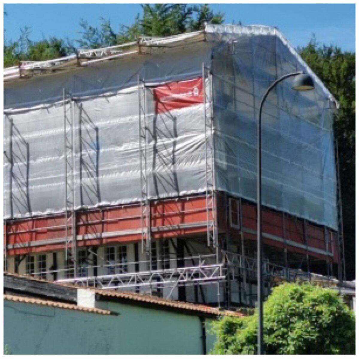 Totalinddækket facadestillads på Skodsborg Strandvej