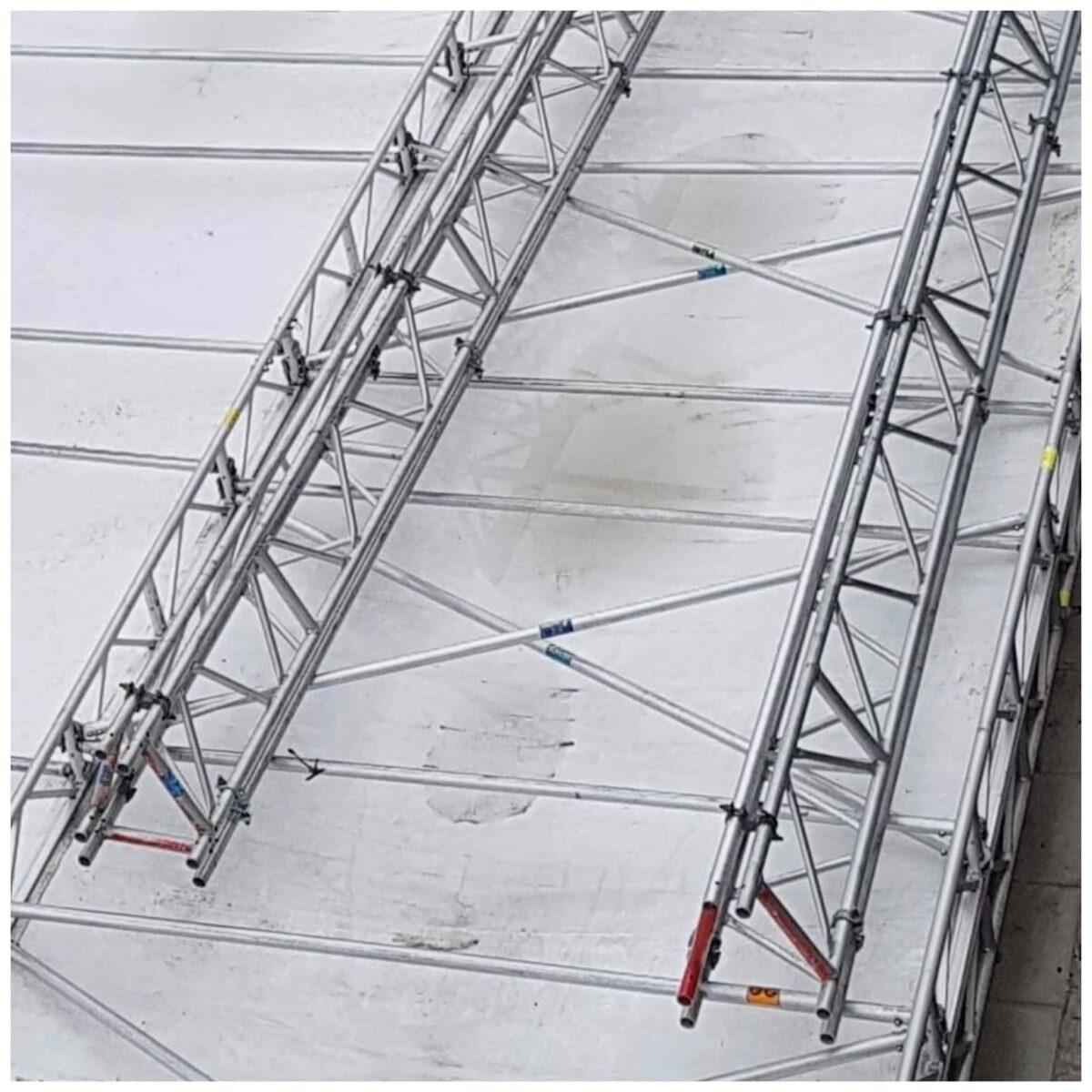 2 trekantsdrager til forstærkning af flad teltoverdækning